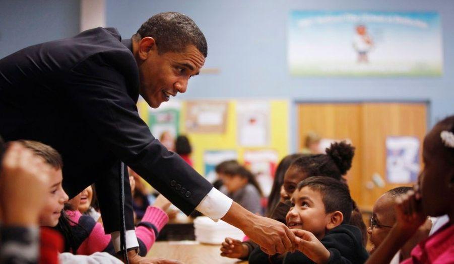 Barack Obama, l'air toujours aussi détendu, en visite dans une école primaire du Maryland mardi.