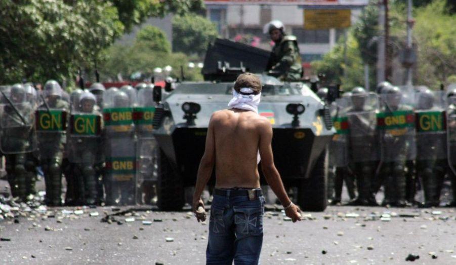 Un manifestant lance des pierres à la Garde nationale vénézuélienne à la frontière entre la Colombie et le Venezuela dans Cucuta, le 22 octobre 2009. Il proteste contre l'opération de la Garde nationale vénézuélienne pour arrêter la contrebande d'alimentation et le carburant à travers la frontière.