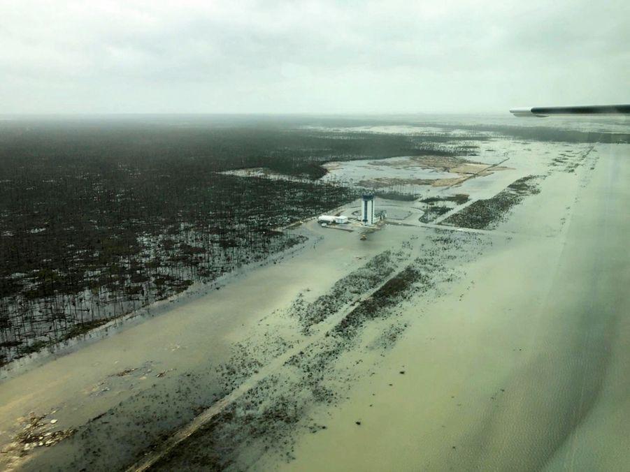 L'aéroport de Marsh Harbour, dont les pistes sont totalement submergées. Seule la tour de contrôle a résisté.