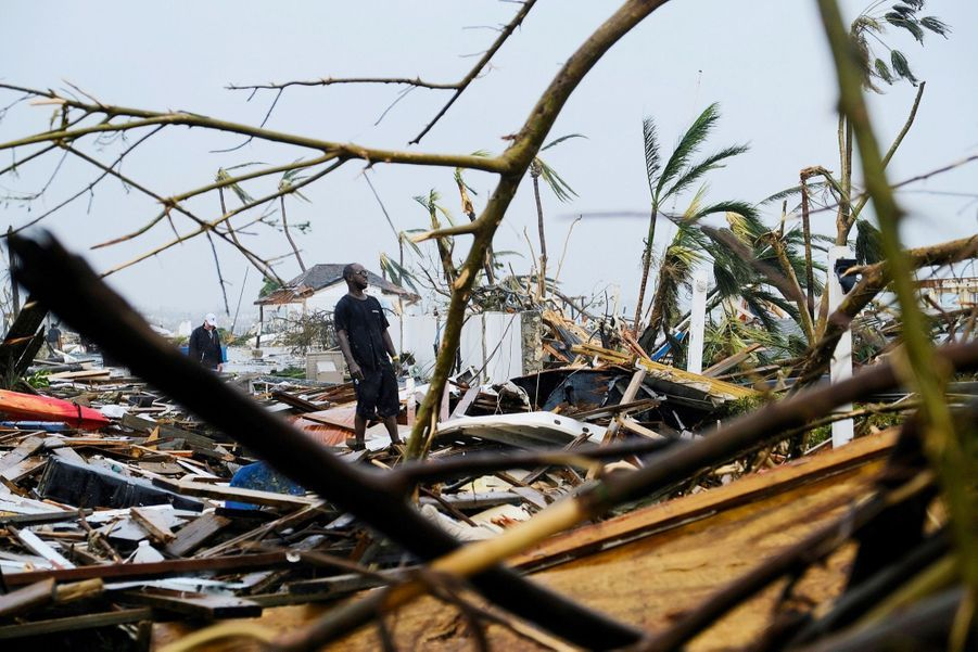 Le 2 septembre, l'ouragan s'éloigne. Un habitant regarde, incrédule, ce qui reste de sa maison de Marsh Harbour, le port de Grand Abaco.