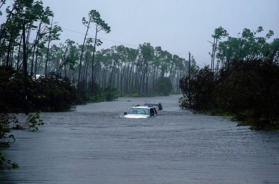 Le 3 septembre. Les véhicules sont encore noyés jusqu'aux portières sur une route de Freeport, dans l'île de Grand Bahama.