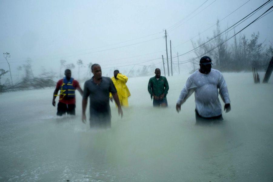 Le 3 septembre, Freeport (Grand Bahama). Alors que le cyclone s'est éloigné, des volontaires parcourent les routes inondées pour secourir des familles survivantes.