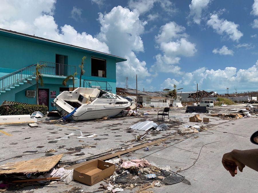 A Grand Abaco, le 6 septembre. Sous le ciel bleu, un cabin-cruiser emporté sur la chaussée par les énormes vagues soulevées par l'ouragan Dorian.