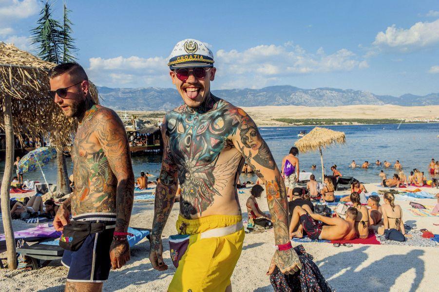 Sans tatouage, point de salut. Chacun exhibe ses trophées et prend des forces sur la plage de Zrce avant la bringue du soir.