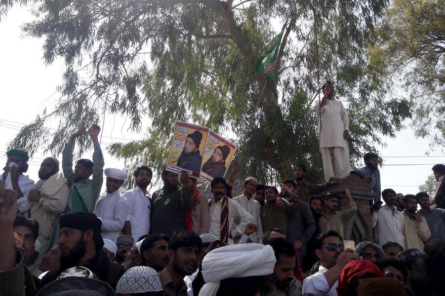 Des milliers de partisans d'un islamiste pendu le mois dernier occupaient lundi 27 mars 2016 l'avenue menant aux principales institutions politiques...