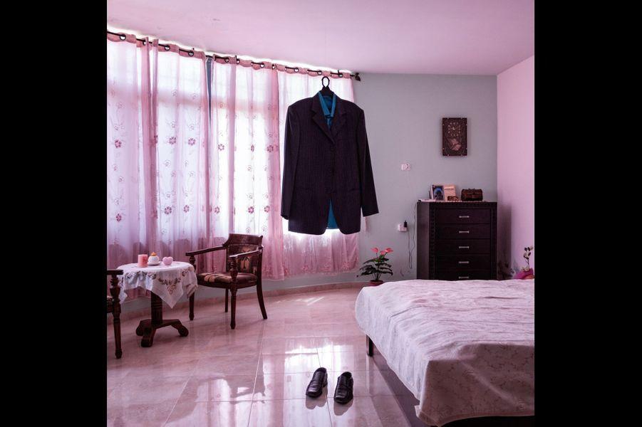 Palestine, Ramalla: la vie s'est arrêtée dans l'attente du retour des hommes. Les femmes prennent soin des affaires de leur mari comme s'il pouvait revenir d'un instant à l'autre.