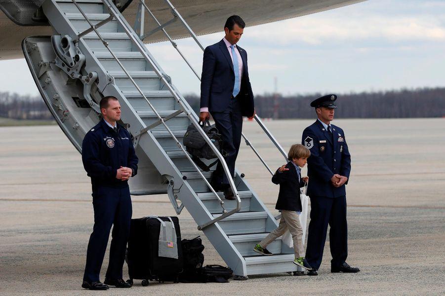 Donald Trump Jr descendant d'Air Force One, le 1er avril 2018.