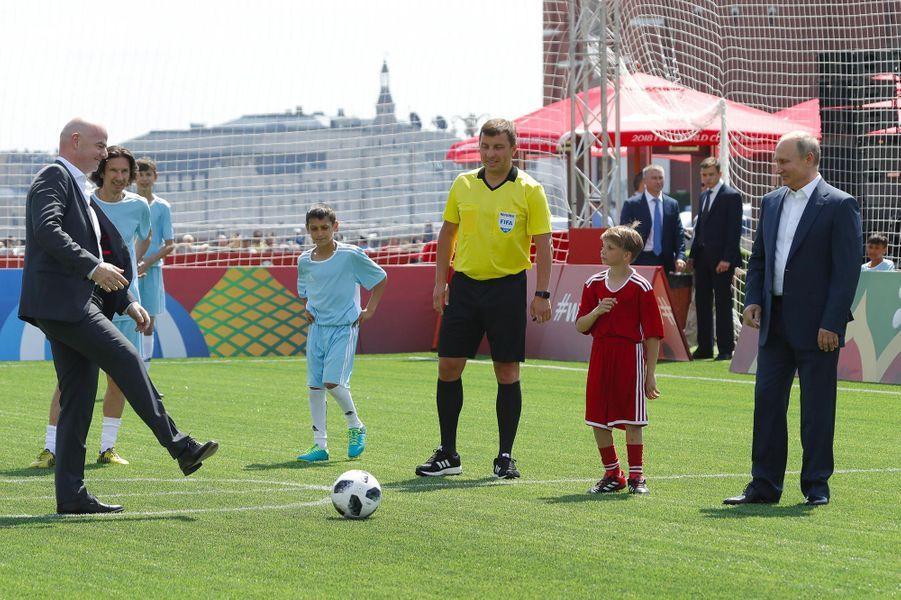 Vladimir Poutine a joué au foot avec Ronaldo à Moscou, le 28 juin 2018.