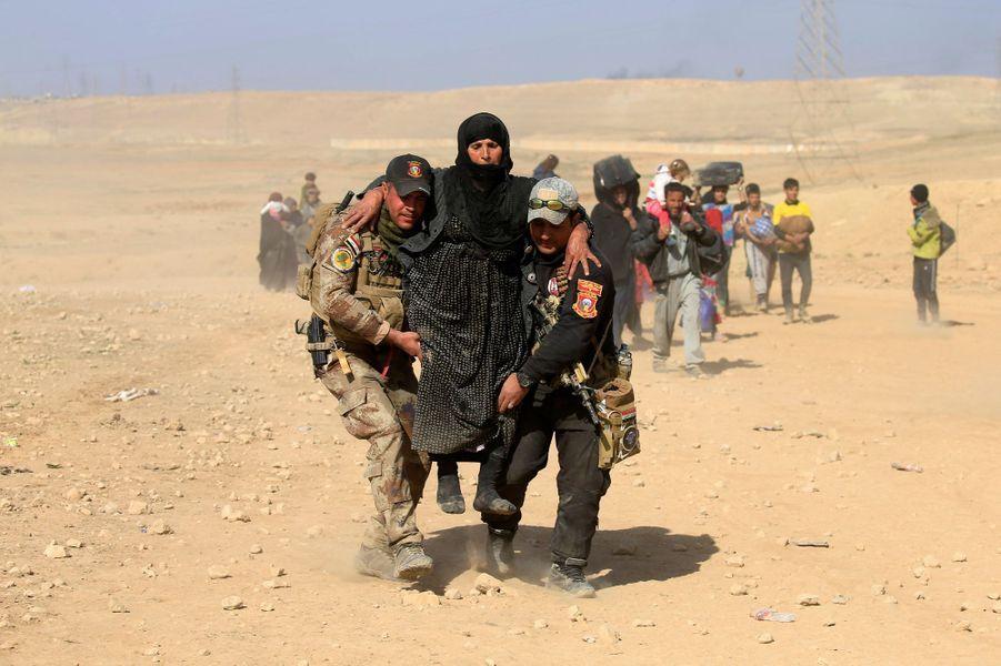 Les civils irakiens fuient Mossoul, où les combats font rage.