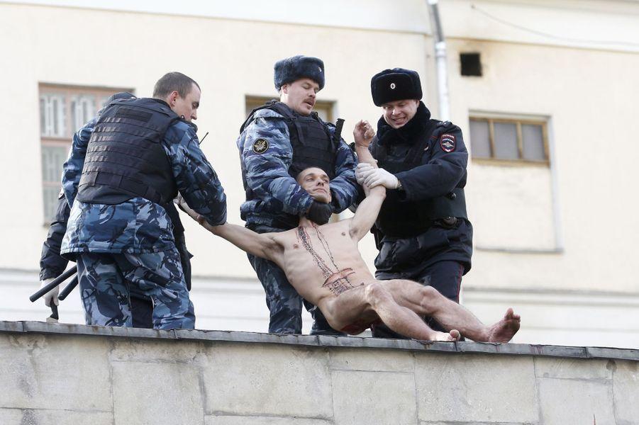 Piotr à Moscou, se découpant un bout d'oreille