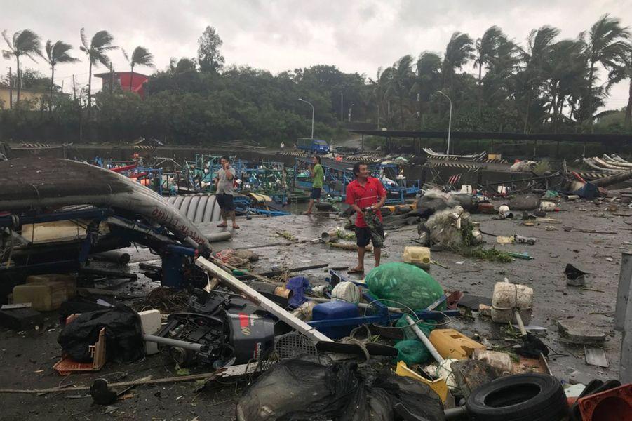 Après avoir quitté le territoire philippin, le typhon Mangkhut était encore accompagné de rafales atteignant jusqu'à 160 km/h en allant traverser la mer en direction de la Chine.