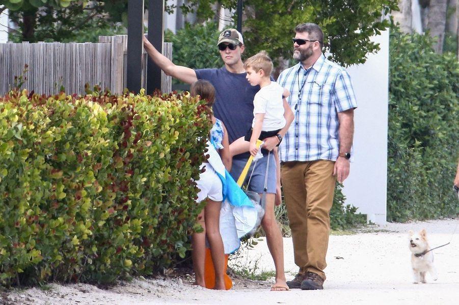 Jared Kushner et ses enfants à la plage à Miami, le 20 février 2021.