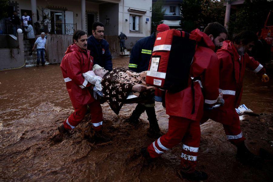 Des pluies torrentielles ont provoqué un torrent de boue sur Athènes et sa banlieue, le 15 novembre 2017
