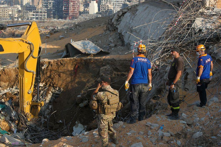 Des ouvriers constatent les dégâtsà Beyrouth, trois jours après les explosions qui ont fait plus de 150 morts, le 7 août 2020