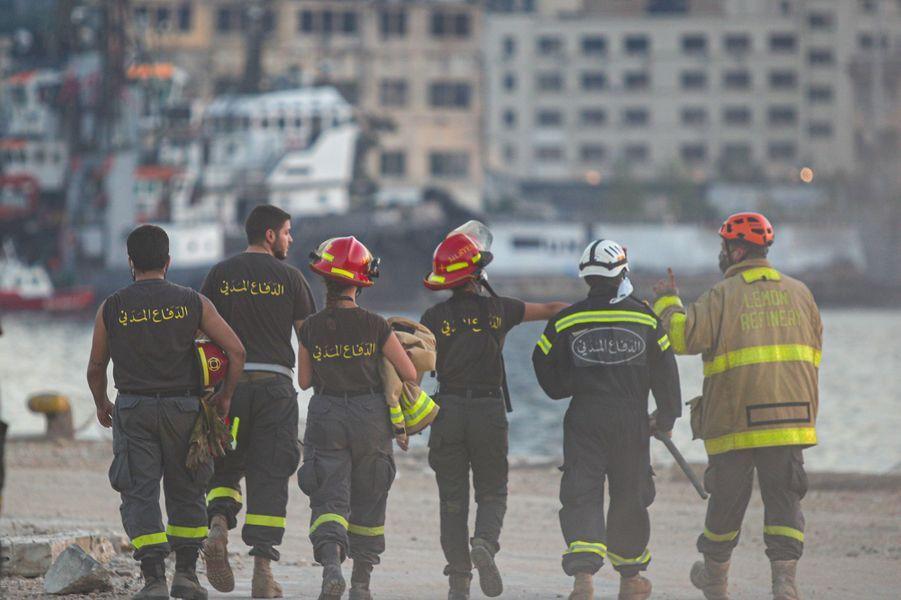 Des pompiers et des sauveteurs à la recherche de survivants à Beyrouth, trois jours après les explosions qui ont fait plus de 150 morts, le 7 août 2020