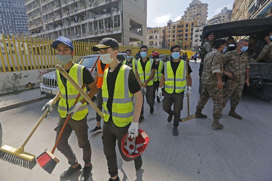 Des bénévoles partent à la recherche de survivants à Beyrouth, trois jours après les explosions qui ont fait plus de 150 morts, le 7 août 2020