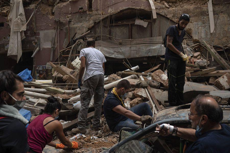 Des personnes tentent de retirer des gravats dans le centre de Beyrouth, trois jours après les explosions qui ont fait plus de 150 morts, le 7 août 2020