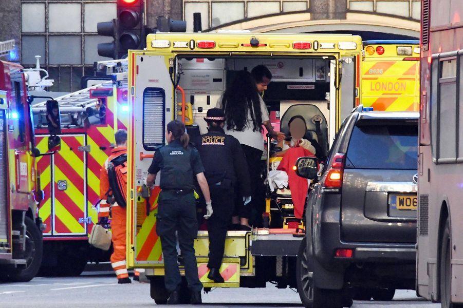 Un homme a attaqué plusieurs personnes à l'arme blanche vendredi à Londres