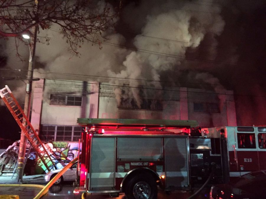 Incendie Meurtrier Dans L'entrepôt D'un Collectif D'artistes, À Oakland En Californie 5