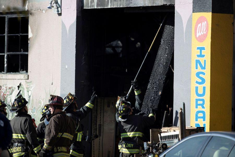 Incendie Meurtrier Dans L'entrepôt D'un Collectif D'artistes, À Oakland En Californie 9