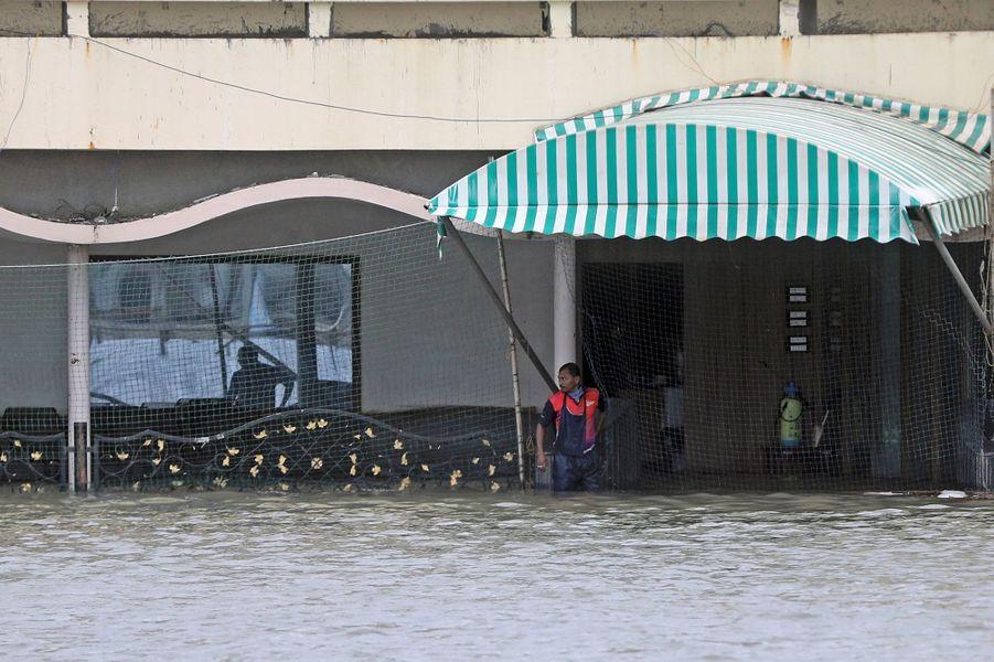 Un homme dans un quartier inondé de Mumbai en Inde le 6 août 2020