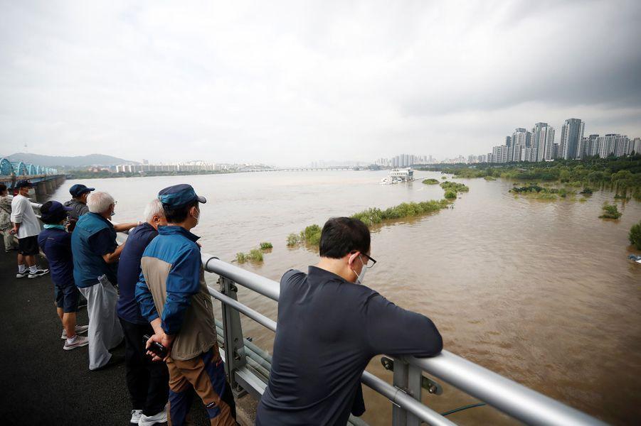 Des habitants de Séoul en Corée du Sud constatent les dégâts après des inondations le 6 août 2020