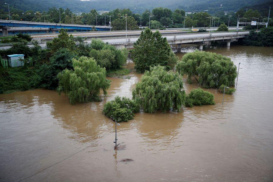 Un parc submergé par l'eau à Séoul, en Corée du Sud, le 6 août 2020
