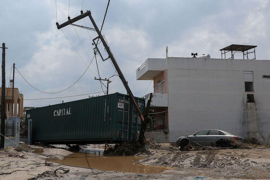 Une rue bloquée après les inondations sur l'île d'Eubée en Grèce le 9 août 2020