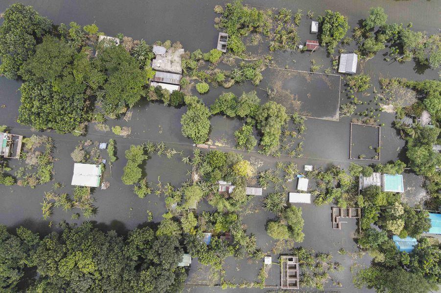 Un village inondé dans un village de Dacca au Bangladesh le 8 août 2020