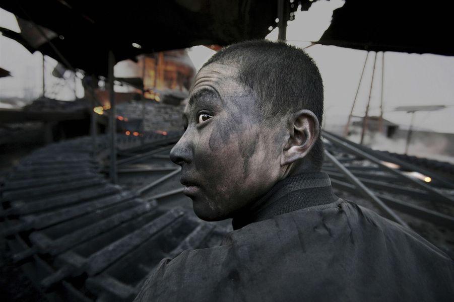 Un travailleur du parc industriel de Wuhai, en Mongolie-Intérieure, où beaucoup d'usines polluantes ont été implantées. Le 10 avril 2005.
