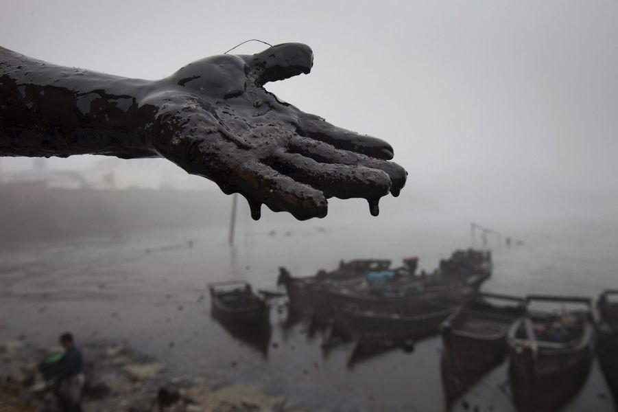 Une marée noire provoquée par l'explosion d'un pipeline, à Dalian, en 2010: 13000 tonnes de pétrole dans une eau qui fait vivre des milliers de pêcheurs.