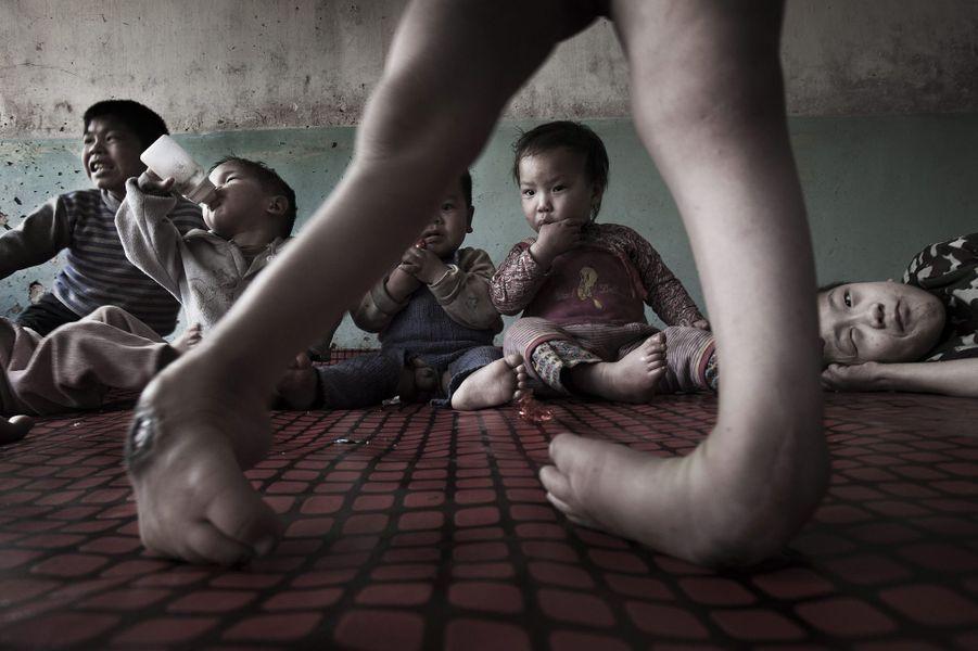 La province du Shanxi a le plus fort taux de malformations infantiles du pays. Chez un couple de fermiers qui a adopté 17enfants infirmes. En avril 2009.
