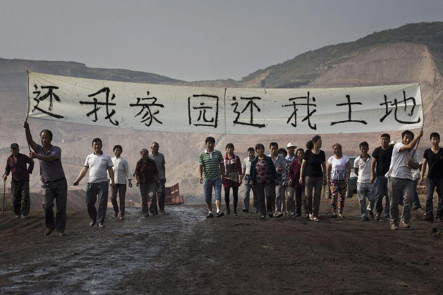 Manifestation de paysans à Wujiatai, en juillet2015. Sur leur bannière: «Rendez-nous notre terre». 4.