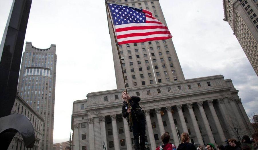 Les manifestants du mouvement Occupy Wall Street (OWS) ont été évacués du parc Zuccotti dans la nuit de lundi à mardi pour que les employés municipaux de New York procèdent au nettoyage de la zone. Les «Indignés» se sont réfugiés dans Foley Square après l'intervention policière. L'Association nationale des juristes a déclaré que les protestants pouvaient revenir occuper les lieux avec leurs tentes, arguant une décision de justice favorable, interdisant l'application du règlement du parc privé.