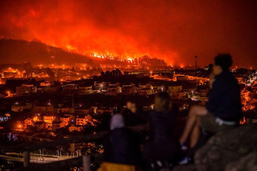A Braga, les habitants regardent les flammes entrer dans leur ville.