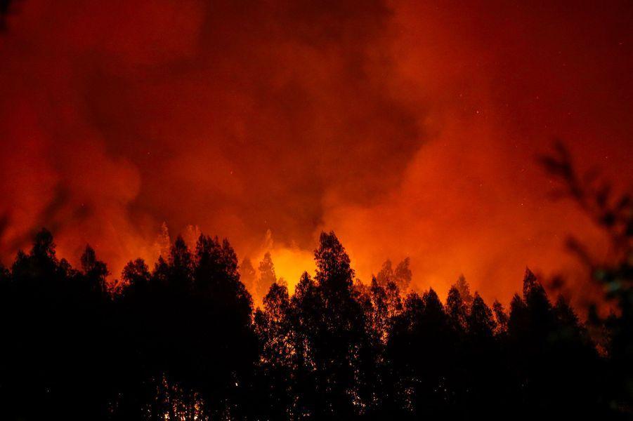 A Lousã, les pompiers combattent les incendies.
