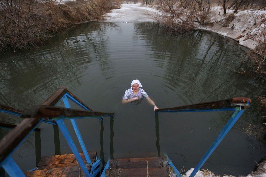 Le 19 janvier, le jour de l'Epiphaniedans la tradition chrétienne orthodoxe, est célébré par des dizaines de milliers de Russes qui se plongent dans des trous creusés dans la glace, sur des étangs ou des rivières.