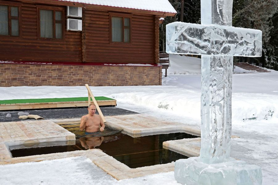 Pour célébrer l'Epiphanie,Vladimir Poutines'est plongé mardi dans l'eau glacée, près de Moscou.