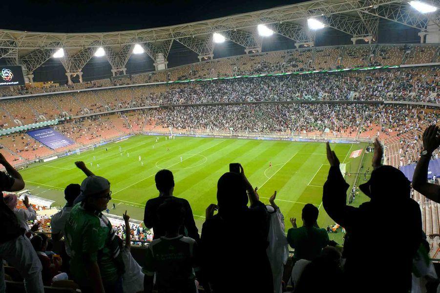 Des femmes ont assisté a-à la rencontre entre Al-Ahli et Al-Batin.