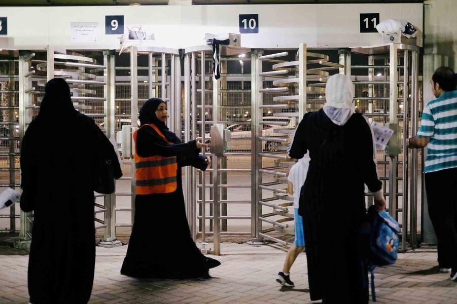 Des femmes ont assisté a-à la rencontre entreAl-Ahli et Al-Batin.