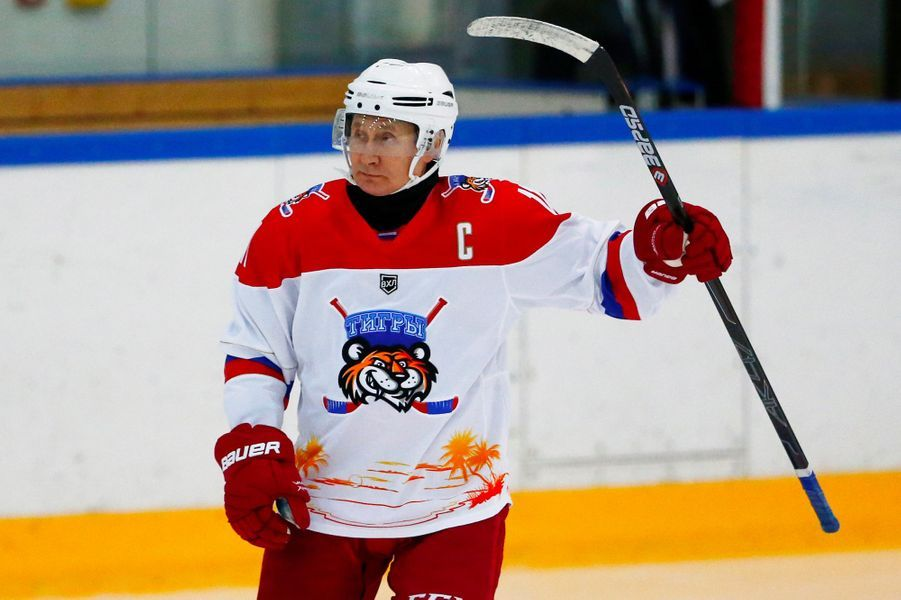 Vladimir Poutine et AlexandreLoukachenko ont joué au hockey sur glacevendredi à Sotchi.