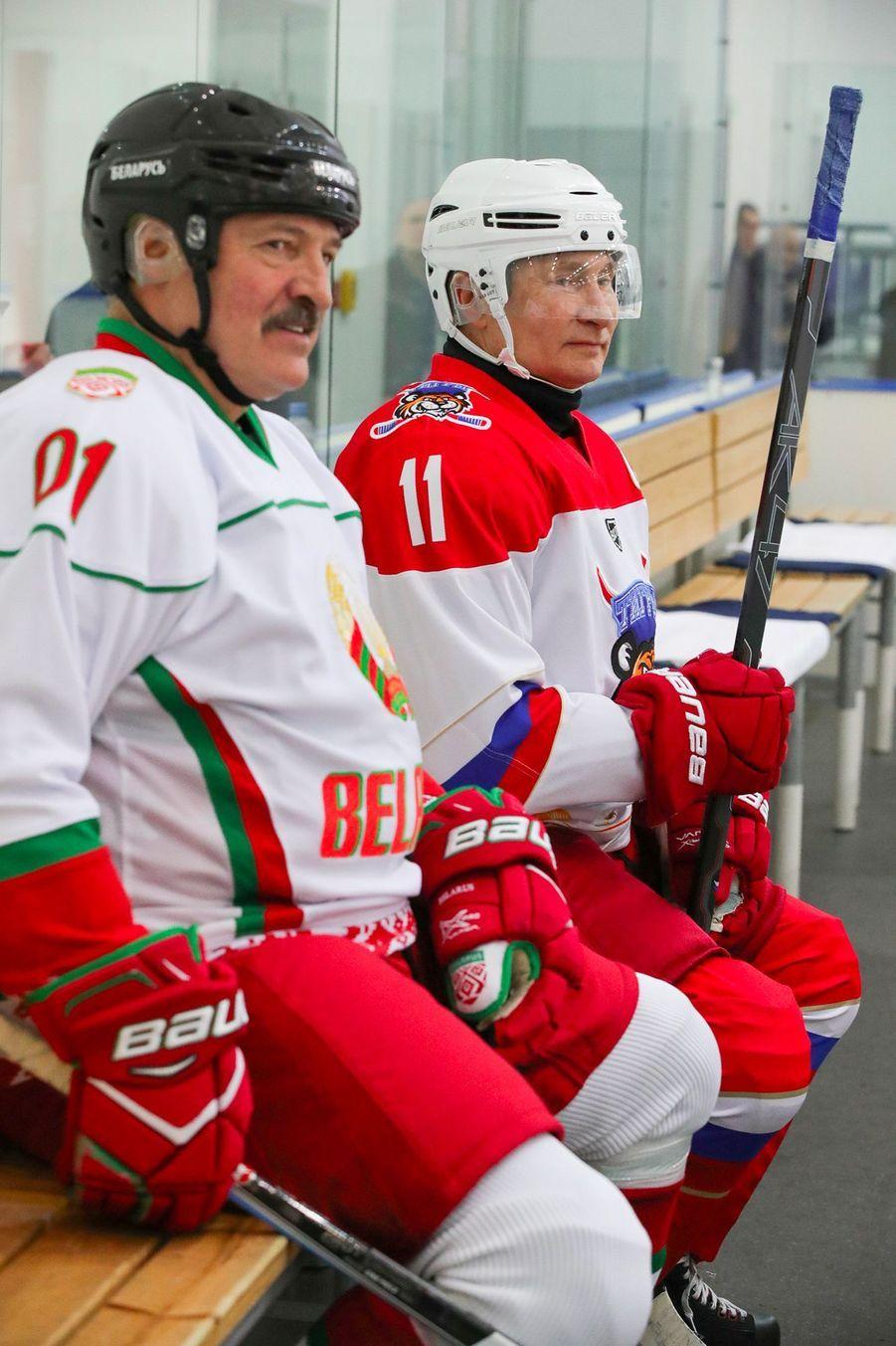 Vladimir Poutine et AlexandreLoukachenko ont joué au hockey sur glacevendredià Sotchi.