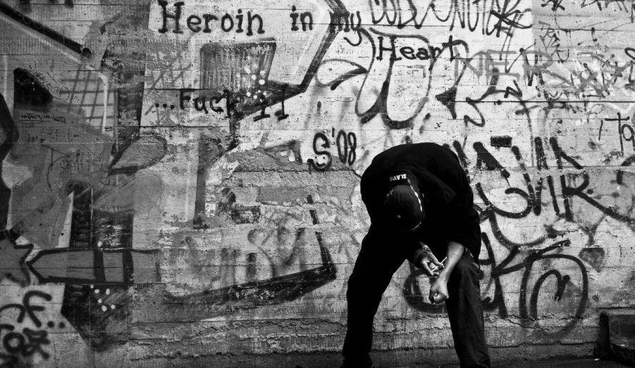 En septembre dernier, le photographe tchèque David Tesinsky s'est rendu dans les squats de Prague, pour témoigner de la vie misérable des drogués de sa ville natale. Il s'est principalement intéressé au combat d'un homme qui veut entrer en cure de désintoxication mais ne peut résister à l'appel d'un dernier fix.