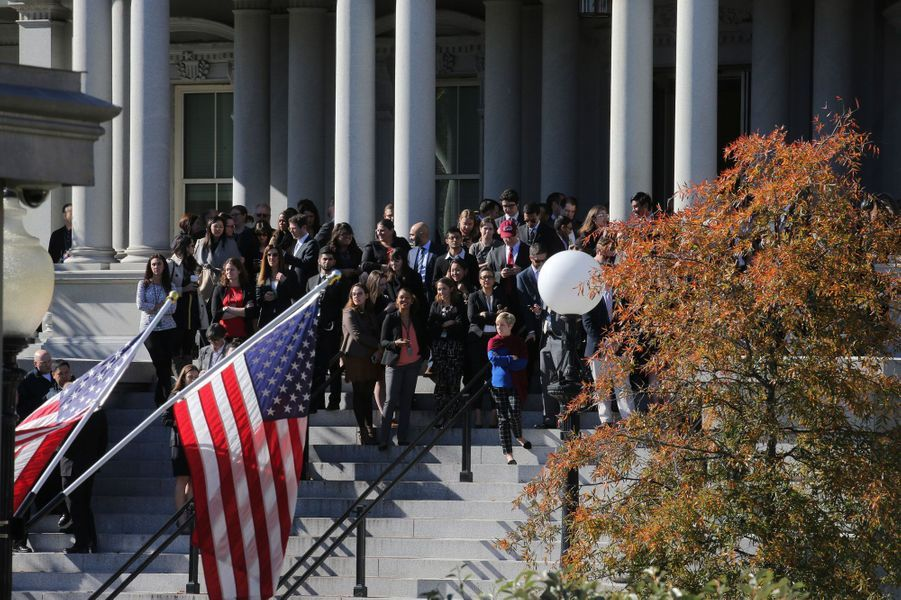 Des spectateurs attendant l'arrivée de Donald Trump à la Maison Blanche.