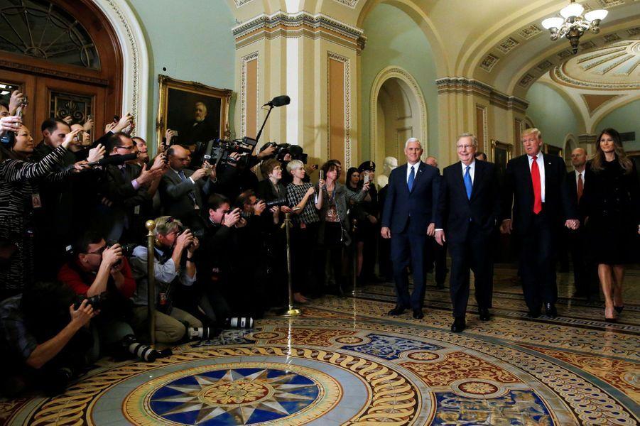 Au Capitole, Donald Trump, sa femme Melania Trump et Mike Pence rencontrent Mitch McConnell.