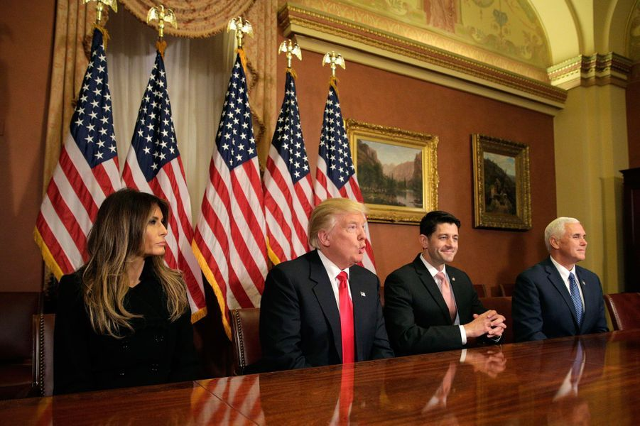 Au Capitole, Donald Trump rencontre Paul Ryan, accompagné de son épouse Melania et deMike Pence.
