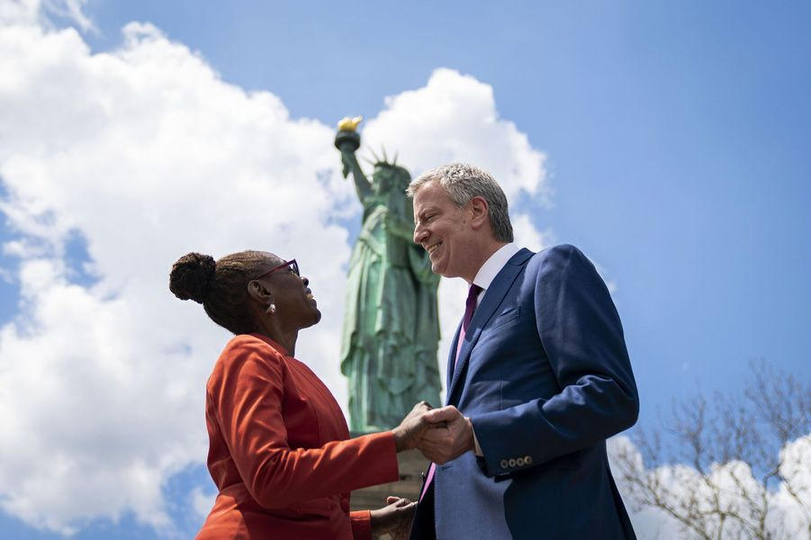 Bill de Blasio avec son épouse Chirlane McCray, le 16 mai 2019, à New York.