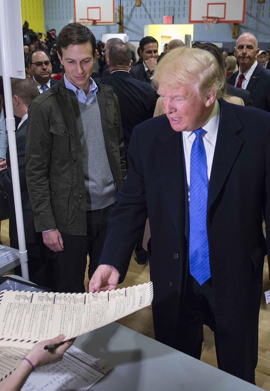Donald Trump et son gendre dans un bureau de vote à New York