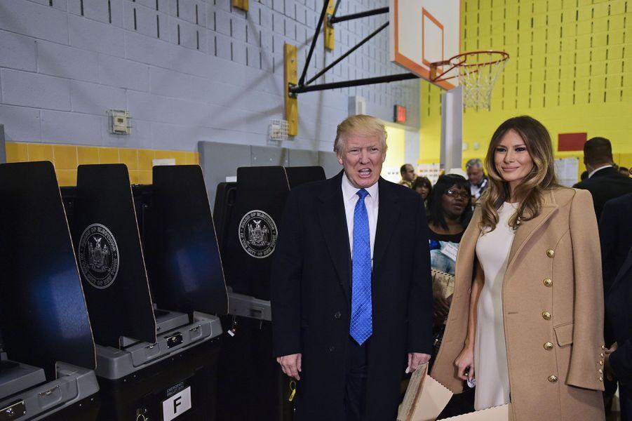 Donald Trump et sa femme Melania dans un bureau de vote à New York