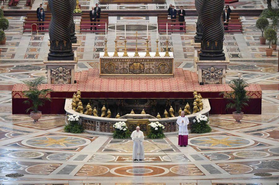 Le pape François dimanche de Pâques, au sein de la basilique Saint-Pierre de Rome vide